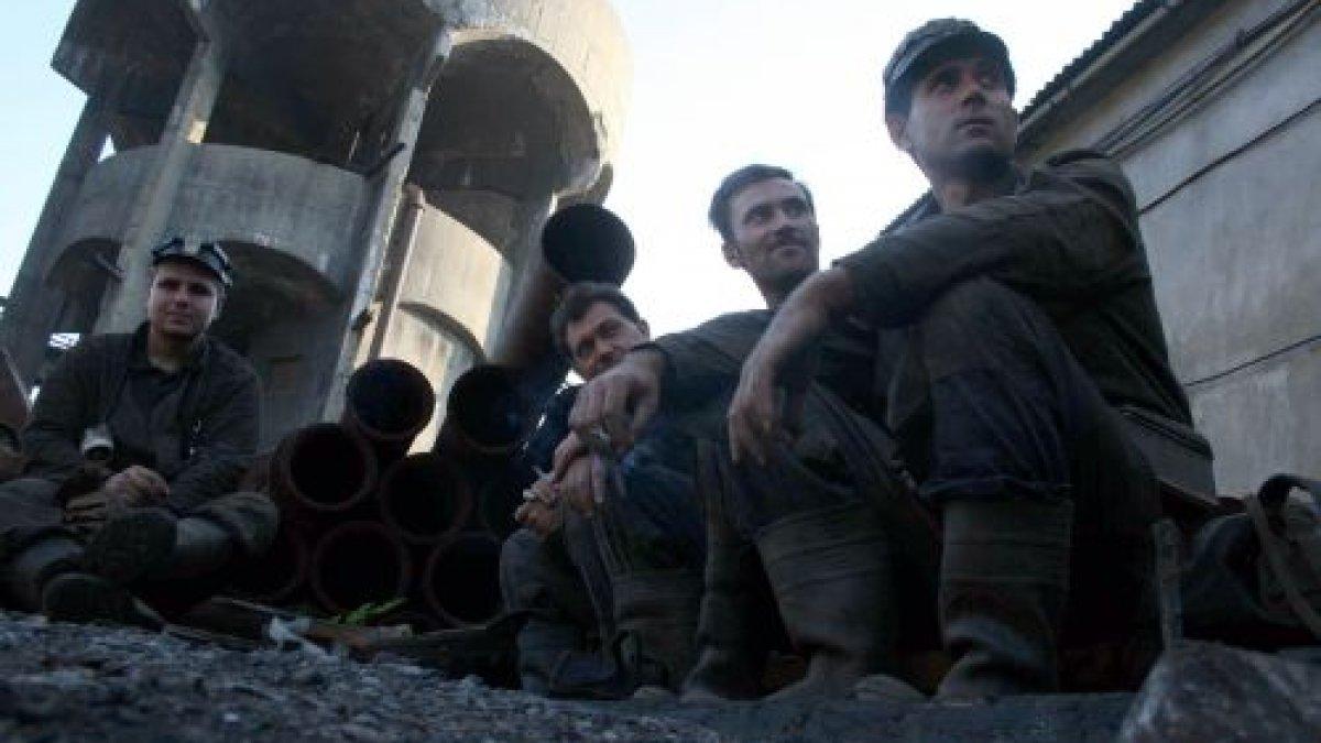 Minerii blocați de șase zile în subteran, vizitați de familii și prieteni