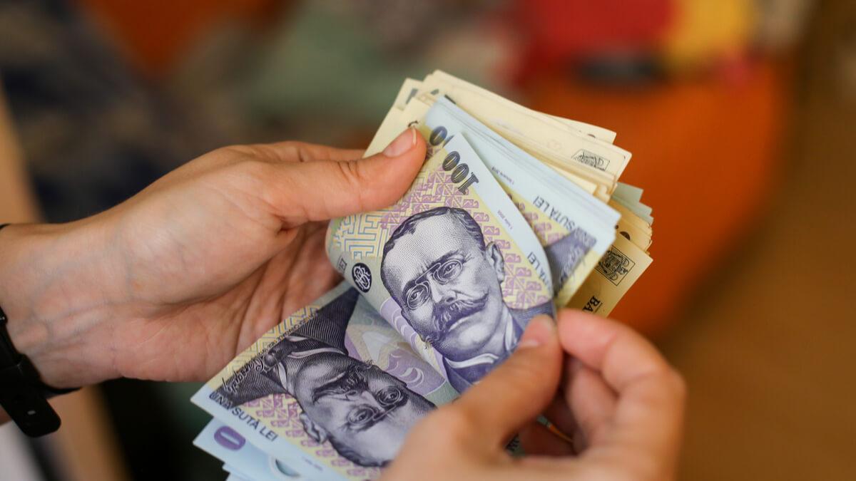 retrage bani - Traducere în engleză - exemple în română | Reverso Context